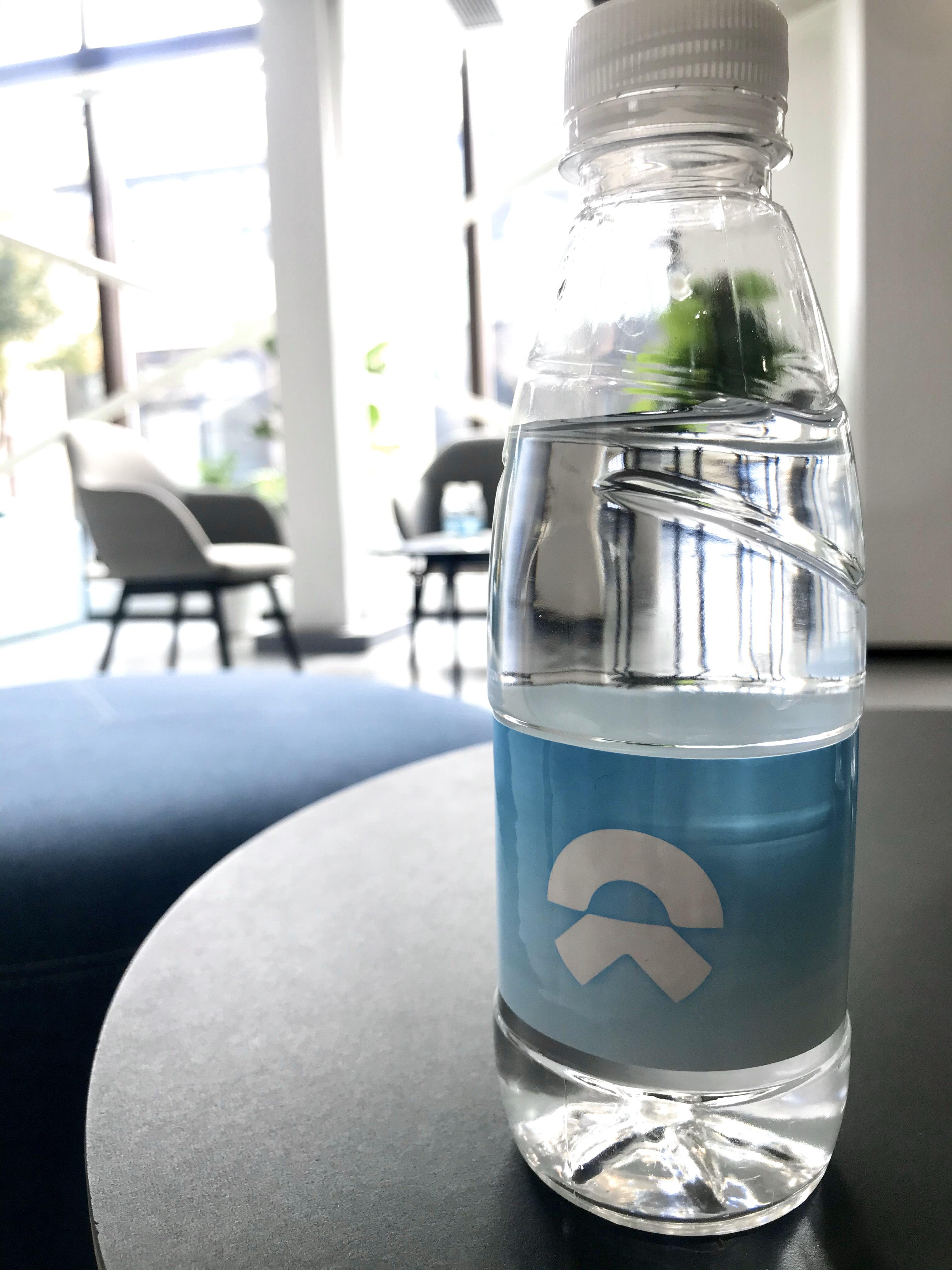 带有蔚来logo的瓶装水_蔚来ES6怎么样-口碑精选