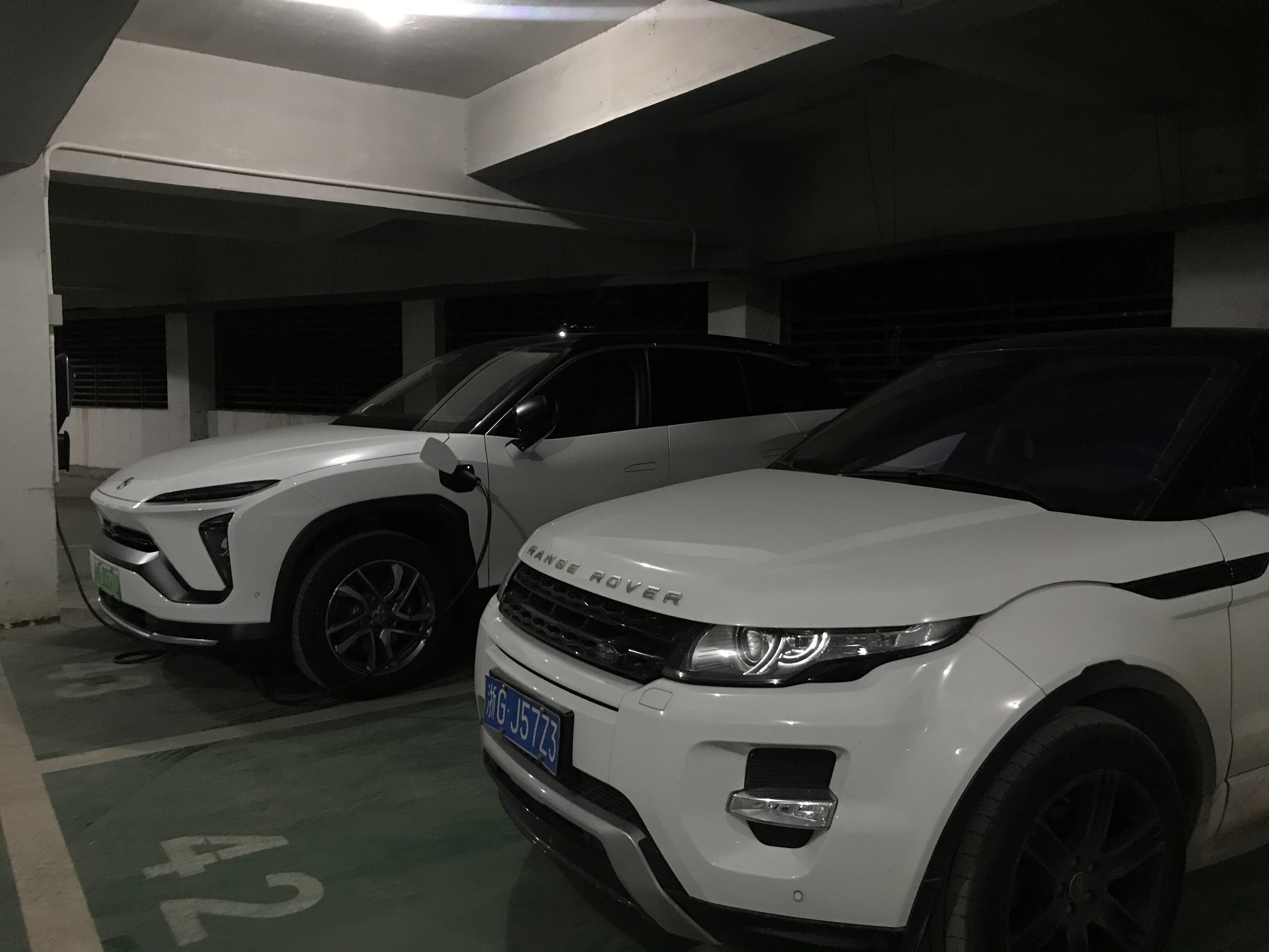 停在车库中充电的蔚来ES6_蔚来ES6怎么样-口碑精选