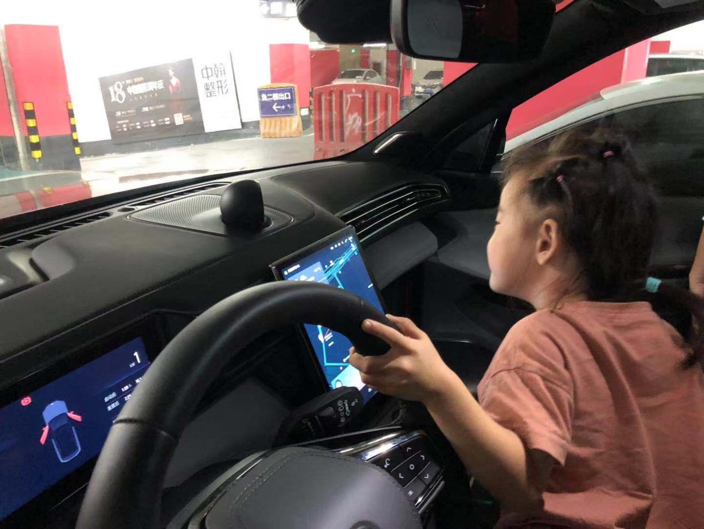 女儿在女皇副驾位上和NIMO互动_蔚来ES6怎么样-口碑精选