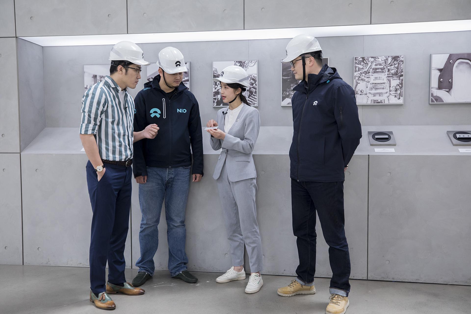 工作人员介绍蔚来车身连接工艺_蔚来ES8-口碑精选