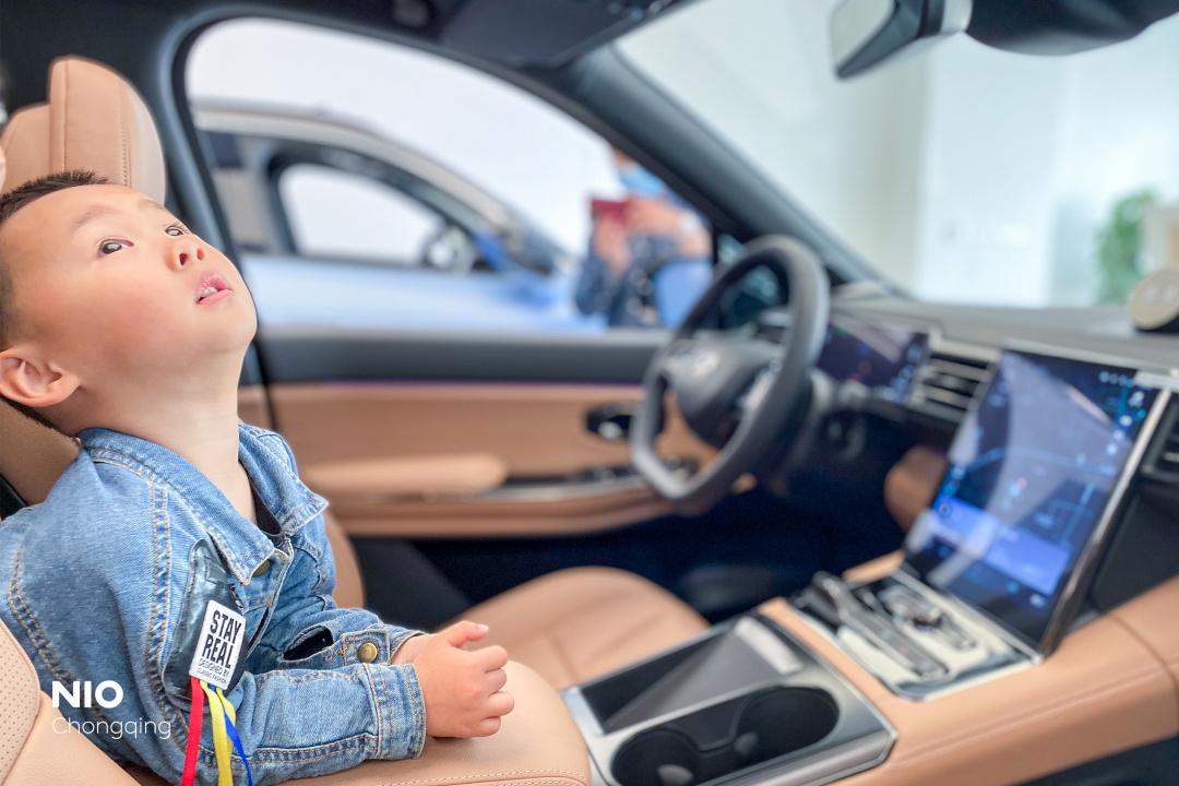 儿子坐在车中仰望ES8全景天窗_蔚来ES8怎么样-口碑精选